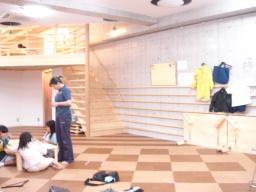 広々とした室内、コルク床