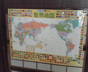 くもんの世界地図、を貼っている障子