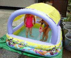 屋根つきプールで遊ぶ娘たち